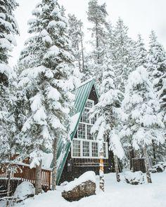 Cabin in the winter Snow ⛄️ Bella Montreal ⛄️ Insta: bella. Winter Cabin, Winter Snow, Winter Time, Cozy Winter, Cozy Cabin, Autumn Summer, Snow Scenes, Winter Scenes, Cabin In The Woods