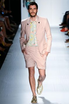 Ausländer gave us ice cream hues for Spring/Summer 2013. Florals, strips and golden details brought spring back with a relaxed silhouette accessorized with cristal rings and flashy men clutches. Um fresh!