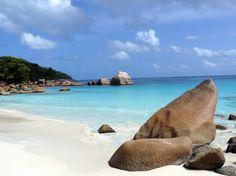 5 spiagge da non perdere sull'isola di Praslin  Eccoci sulla seconda isola più grande delle Seychelles, un posto magico con un clima tropicale che persiste tutto l'anno.  È un'isola di granito scalfita da vento e mare, resa viva da una fitta vegetazione e circondata da uno splendido mare cristallino, accolto dalle bianche spiagge che costellano l'isola.