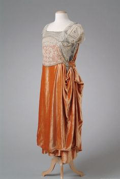 Evening dress 1921 via The Meadow Brook Hall Historic Costume Collection 20s Fashion, Fashion History, Art Deco Fashion, Vintage Fashion, Victorian Fashion, Fashion Ideas, Fashion Tips, Velvet Evening Gown, Evening Dresses