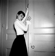 Audrey Hepburn ~ Photographed by Cecil Beaton in London, England. Audrey Hepburn Children, Audrey Hepburn Mode, Audrey Hepburn Photos, Audrey Hepburn Fashion, Megan Rapinoe, Vintage Hollywood, Hollywood Images, Hollywood Stars, Sophisticated Hairstyles
