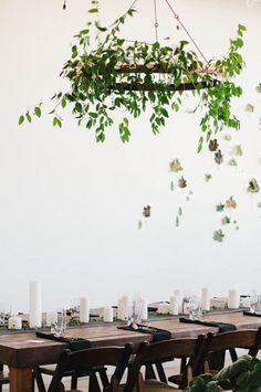 Décoration de Noël 100% Nature. IL est très élégant de réaliser des suspension en feuillage et fleurs pour mettre au dessus de la table à manger.