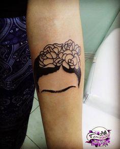 Frida minimalista! Referência da cliente com as rosas refeitas pela tatuadora! #fridatattoo #fridakahlotattoo #tatuagemfrida #tattoominimalista #fridakahlo #campechetattoo #floripatattoo #tatuagemfeminista #feministtattoo #tattoofeminista #tattoodasminas #femininktattoo
