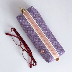 The pen case consisting of light purple kimono fabric and a light pink zipper will brightly stand out on your desk. The case is also recommended as a casual gift and Japanese souvenir.