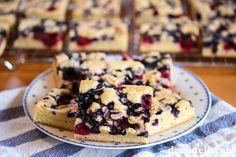 Lys kladdekake i langpanne med bær