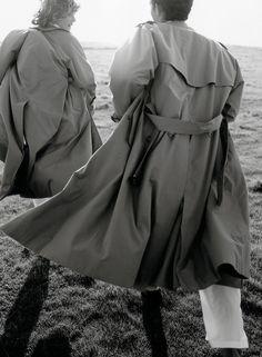 1998 | A grife Burberry Prorsum é lançada sob direção criativa de Roberto Menichetti. Imagem da campanha Primavera/Verão Burberry de 1998, com os modelos britânicos Stella Tennant e Neil Fenton, concepção de Carine Roitfeld e foto de Mario Testino.