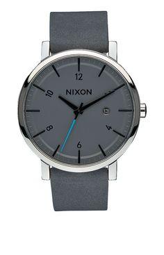 Rollo. Die Rollo vereint die Einfachheit d�nischen Designs der 1950er-Jahre mit frischen Ideen, wie nur Nixon sie hat. Das schlanke, runde Ziffernblatt und das nahtlose Lederarmband katapultieren diese Uhr aus dem letzten Jahrhundert ins neue Jahrtausend.