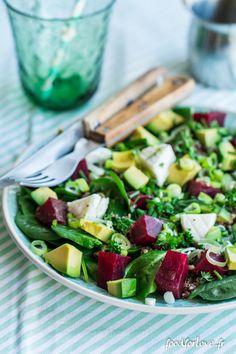 Assiette Complète d'Épinards, Lentilles, Betterave, Chèvre, Avocat, Quinoa, et Herbes