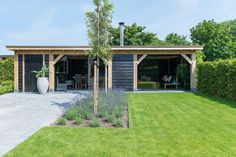 Deze eikenhouten terraskameris een project van Bronkhorst Buitenleven. Met de Metalura terrasbeglazing die eenvoudig geheel of gedeeltelijk te openen is, kunnen deze klanten het hele jaar door van hun buitenverblijf genieten. Gratis brochure | Snelle prijsaanvraag
