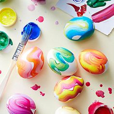 Modern Easter Egg Crafts: Swirly Palette How are you decorating your Easter eggs this year? Easter Egg Dye, Hoppy Easter, Easter Crafts For Kids, Easter Ideas, Easter Projects, Kid Crafts, Easter Bunny, Deco Cactus, Diy Pour Enfants