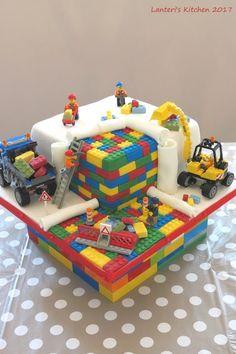Lanteri's Kitchen - Sweet Little Things: Lego Cake - Gâteau Lego Lego Birthday Party, Star Wars Birthday, Cake Birthday, 5th Birthday, Bolo Lego, Batman Cakes, Batman Batman, Batman Logo, Monster High Cakes