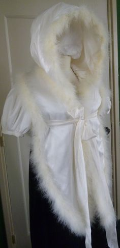 Parisian tippet about 1809 (replica) Made of tafetta silk , lined with wool . Trimmed with marabou feathers. Made by Corina van der Linden  - Crien-oline.