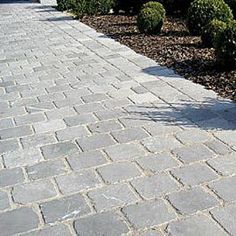 Abbey getrommeld met voeg Diy Driveway, Driveway Paving, Driveway Design, Garden Paving, Yard Design, Back Gardens, Small Gardens, Outdoor Gardens, Terrace Tiles