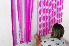 Ideas for birthday surprise door baby shower Streamer Party Decorations, Streamer Backdrop, Paper Streamers, Birthday Party Decorations, Decorating With Streamers, Tissue Paper, Streamer Ideas, Crepe Paper Decorations, Birthday Crafts