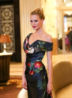 1. Rosie Huntington-Whiteley ya ha lucido el vestido veraniego que llevaremos de la mañana a la noche todo el verano.    Fuente: wheretoget.it  2.