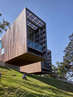 The Two Hulls House is an amazing residential project created by studio Mackay-Lyons Sweetapple Architects, one which was offered five awards since its Wood Architecture, Residential Architecture, Contemporary Architecture, Hull House, Haus Am Hang, Fachada Colonial, Planer, Facade, Building A House