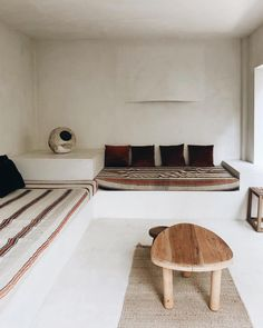 Great and cozy interior design, natural living via perfect mini. Concrete Bench, Concrete Furniture, Built In Seating, Built In Bench, Minimalist Interior, Minimalist Design, Natural Living, Built In Furniture, Japanese Interior