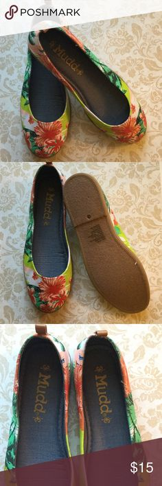 Black Friday Sale Mudd Flats Hawaiian Mudd flats, these are a re-posh, very cute but my feet are to wide. New without original box Mudd Shoes Flats & Loafers