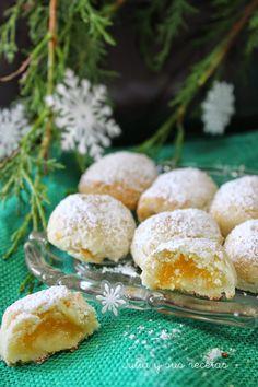Glorias de Navidad.    Ingredientes:   Para el mazapán:      -   250 g de almendra molida      -   250 g de azúcar glas      -  1- 2 claras de huevo tamaño M (depende de los huevos)      -   ralladura de 1 limón  Para la crema de yema:      -   3 yemas de huevo      -   70 g de azúcar Azúcar glas para espolvorear.