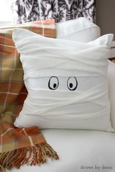 Halloween mummy pillow - so cute and a super simple DIY!