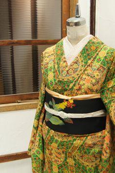 エメラルドやペリドットを敷き詰めたような緑と、更紗のような精緻で優美な装飾模様が形作る、西洋のカテドラルを彩るステンドグラスのようなデザインが美しい袷着物です。