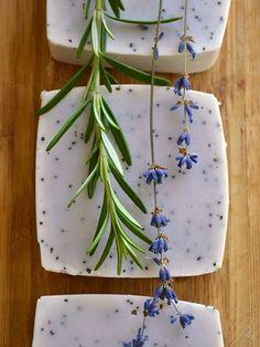 ドライハーブと、無添加石鹸、蜂蜜 、熱湯でつくるハンドメイドの石鹸にもローズマリーを活用してみましょう。見た目も可愛らしいのでプレゼントにも良さそう。
