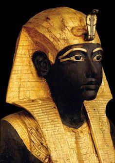 """Busto del """"KA"""" de TUTANKAMON. Una pareja de estos guardianes custodiaban la entrada de su cámara funeraria en la tumba KV62 del Valle de los Reyes. Dinastía XVIII. Reinado 1336 a 1327 a.C. Museo Egipcio de El Cairo."""