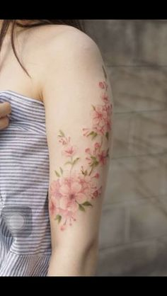 20 Captivating Sleeve Tattoos for Women: A delicate sleeve tattoo of pink flower. - 20 Captivating Sleeve Tattoos for Women: A delicate sleeve tattoo of pink flower… – 20 Captiva - Irezumi Tattoos, Henna Tattoos, Wrist Tattoos, Flower Tattoos, Tattoo Arm, Pink Tattoos, Tattoo Floral, Tattos, Trendy Tattoos