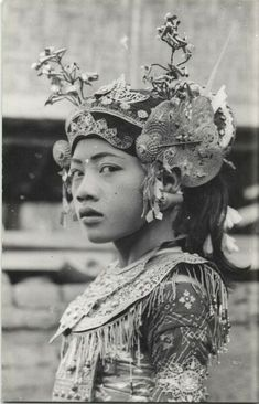 "Some beautiful images, photographs of Bali. Bali in the and Wayang Wajang Wong Dancer ""Ontosen. Old Photos, Vintage Photos, Arte Tribal, Folk Costume, Costumes, World Cultures, People Around The World, Vintage Beauty, Headdress"