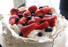 Pavlova met Aardbeien en Bosbessen - Een prachtig plaatje en erg gemakkelijk te bereiden!