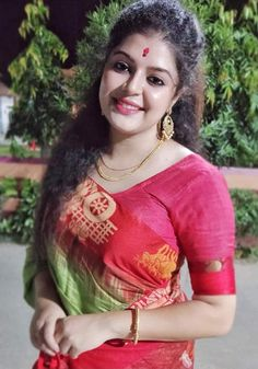 Stylish Girls Photos, Girl Photos, Beautiful Girl Indian, Beautiful Women, Indian Beauty Saree, India Beauty, Beauty Women, Desi, Curves