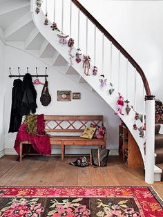 christmas staircase ....so perfect....rug, decor, color
