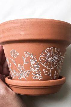 Painted Plant Pots, Painted Flower Pots, Painting Terracotta Pots, Decorated Flower Pots, Pots D'argile, Clay Pots, Pottery Painting, Diy Painting, Painting Flowers