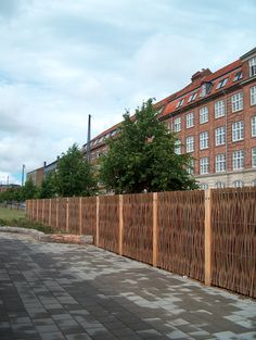 Even in the city, the willow fence looks great and natural ! #TheGreenBarrier #fence #privacy