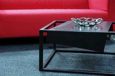 No 37  Stolik kawowy metalowy z nietypowym blatem doskonale pasuje do nowoczesnych wnętrz. Nada charakteru każdemu pomieszczeniu. Stolik w całości jest wykonany ręcznie z dbałością o każdy detal. Każdy element obrabiany jest ręcznie a następnie malowany proszkowo, co gwarantuje jego jakość. Stolik dostępny w dowolnym kolorze z palety RAL
