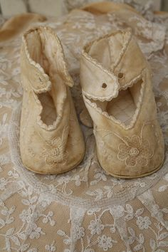 Country, Shabby, Rustic & More. Vintage Shabby Chic, Vintage Love, Vintage Shoes, Vintage Accessories, Vintage Outfits, Vintage China, Vintage Decor, Vintage Style, Antique Lace