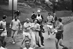 През 1967г. Катрин Суитцър става първата жена, участник в Бостънския маратон. Както се вижда, организаторите никак не са щастливи от това.
