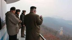 Disfrutando de los ensayos: El líder norcoreano Kim Jong Un observa el lanzamiento de prueba de los nuevos motores para cohetes, una tecnologia de propulsión, en una imagen sin fecha proporcionada por la agencia de noticias estatal KCNA. (Reuters)