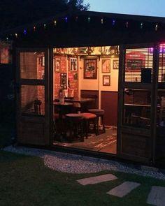 50 Pub Shed Bar Ideen für Männer – Cool Backyard Retreat Designs - Modern Backyard Bar, Backyard Sheds, Backyard Retreat, Outdoor Sheds, Diy Home Bar, Home Pub, Bars For Home, Man Cave Shed, Man Cave Home Bar
