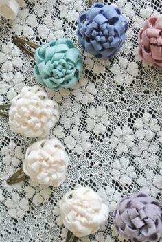 「フェルトのお花」のバリエーションを増やそう♪(作り方あり) | こいとの Handmade Life Ribbon Crafts, Flower Crafts, Felt Crafts, Felt Flowers, Diy Flowers, Fabric Flowers, Diy Hair Accessories, Handmade Accessories, Handmade Crafts