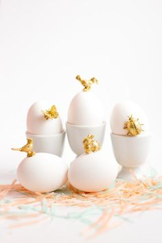 Transform your Easter Eggs into Make this sweet, simple gold animal Easter Eggs DIY. Gold paint and glitter brings charm to these spring-time animals. Easter Brunch, Easter Party, Decoration Vitrine, Easter Egg Designs, Easter Ideas, Diy Ostern, Easter Egg Dye, Easter Celebration, Easter Holidays