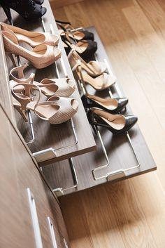 Vous ne savez pas où ranger vos chaussures? Une solution Camber: une étagère coulissante avec un support métalique  Schoenen opbergen met een uittrekbaar legvlak met schoenendrager Shoe Rack Furniture, Home Room Design, House Rooms, Dressing Room, Hanger, Solution, Cabinet, Organising, Support