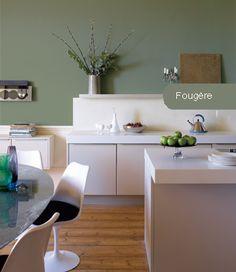Murs fougère au mur et meubles de cuisine blanc. Très chic