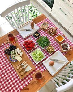 (Notitl A) Kitchen Decor Breakfast Table Setting, Breakfast Platter, Breakfast Recipes, Breakfast Presentation, Food Presentation, Brunch Mesa, Turkish Breakfast, Food Platters, Food Decoration