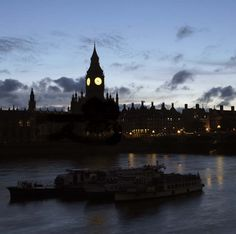 Clear skies across the Thames tonight in #London 22°C | 72°F #BurberryWeather