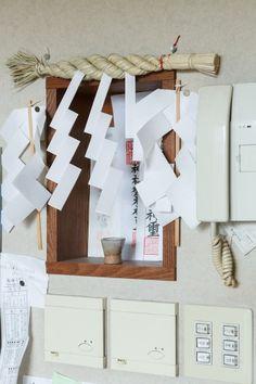 建築中に、壁を張る前に箱を取り付けてニッチをつくり、神棚を祀るスペースに。
