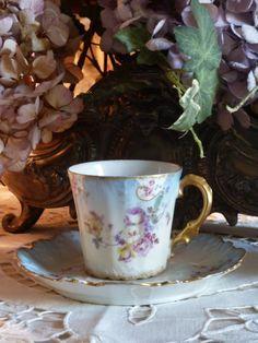 Tasse ancienne en porcelaine