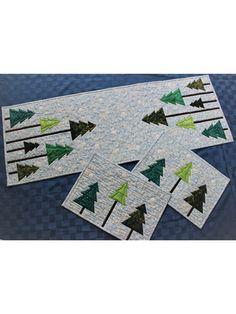 Let this table set help you through the winter doldrums with its simple, understated class. Show off your favorite green batiks against your prettiest snowflake print for the touch of elegance you've been looking for. Lap Quilt Patterns, Christmas Quilt Patterns, Paper Piecing Patterns, Christmas Quilting, Hanging Quilts, Quilted Wall Hangings, Carpe Diem, Quilting Projects, Quilting Designs