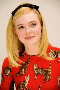 How the A-list wear hair accessories Elle Fanning kept her hair accessories simple with this gorgeously chic black Alice band. How cute does it look with her bright dress? Urban Fashion, Boho Fashion, Autumn Fashion, Womens Fashion, Fashion 2018, Fashion Clothes, Fashion Boots, Alice Band, Ribbon Hairstyle
