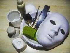 Sì lavora per il video , la creazione di protesi in lattice per il makeup del prossimo video